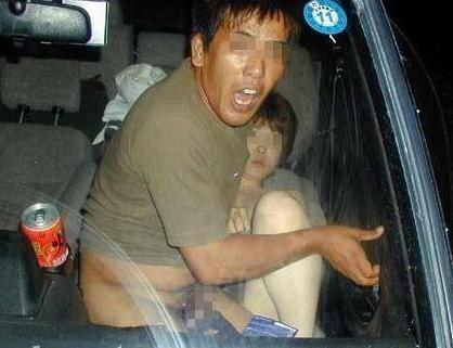 中年老人与一名40岁的中年妇女当街旁若无人的激吻