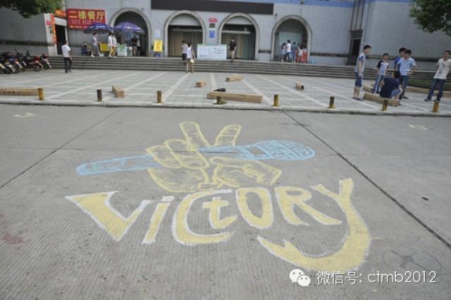 """长江大学校园""""卖萌""""迎新生 卡通涂鸦成风景线"""