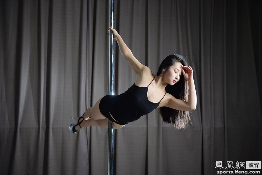 2015年全国钢管舞选拔大赛:美女秀一字马―国内社会