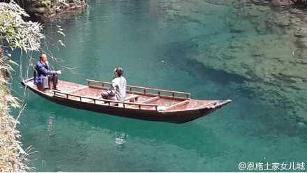 —湖北恩施州鹤峰屏山峡谷,清澈见底的河上,船行上面尤如飘浮