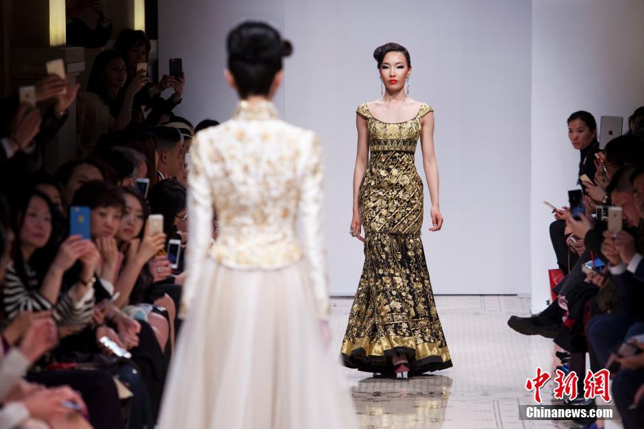 中国著名服装设计师郭培以中式嫁衣为主题上演首秀