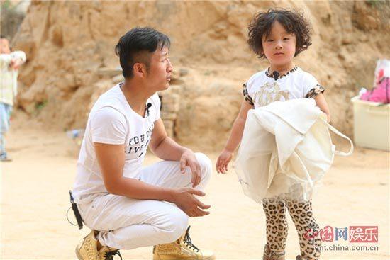 《爸爸去哪儿3》海量萌照:诺一搞怪 轩轩贪吃