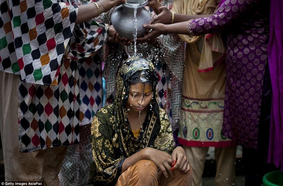 揭秘孟加拉国童婚:15岁少女嫁32岁大叔(组图)