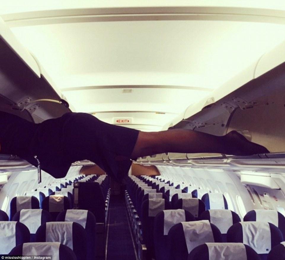 这位空姐干脆借用行李舱在飞机上做起了平板支撑