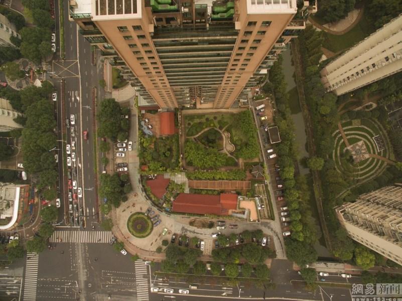 图为杭州一小区楼顶露台上的公园,假山水池一应俱全.