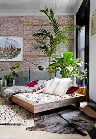运用原木家具家饰及浅色调墙面,并搭配起绿色植物,工业风也可以