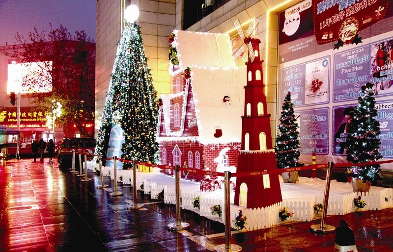 灯光闪烁的圣诞树上挂满了雪花