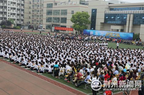 """新东方创始人俞敏洪荆州开展""""梦想之旅""""励志演讲"""
