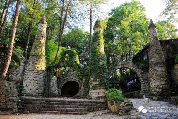 他用20年在贵州的山谷建了一座奇幻城堡