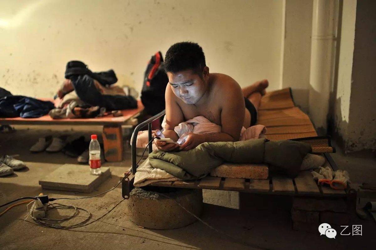 直击城市里民工们的夜晚 夫妻和单身民工混居