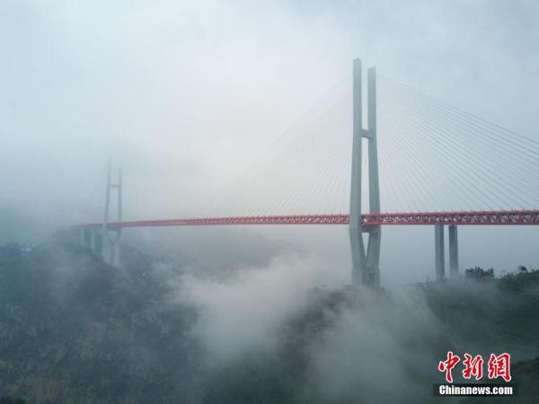 """(原标题:世界第一高桥""""武汉造"""",高度相当于两座埃菲尔铁塔)   楚天金报讯昨日,记者从中交二航局获悉,由该局承建的北盘江第一桥建成通车。该桥垂直高度565米,相当于200层楼高,系目前世界上最高的一座大桥。   据介绍,北盘江第一桥全长1341.4米,桥面至谷底高差达565米,相当于两座埃菲尔铁塔的高度。该桥建成后,超越了之前最高的湖北四渡河特大桥,晋升世界第一。至此,全球桥梁高度的前五名,全部被中国桥梁囊括。   据中交二航局北盘江第一桥项目部总工程师王超介绍,大桥桥面与谷"""
