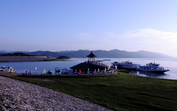 风景区由洈水人工淡水湖,洈水国家森林公园和以华夏奇洞—&mdash