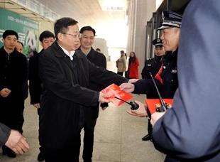 李新华走访慰问春节期间坚守岗位职工