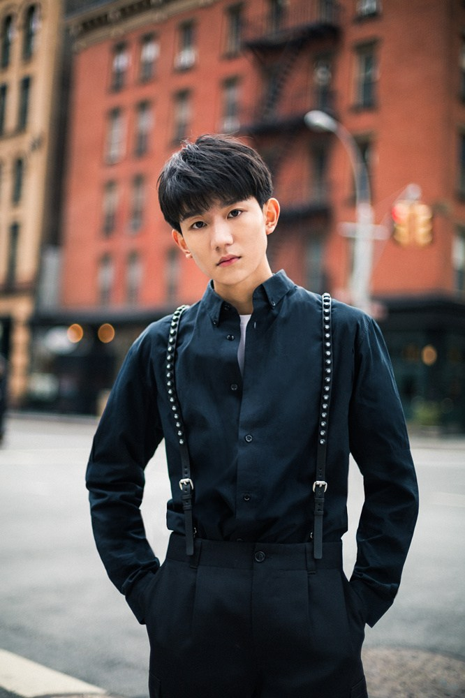 精致 王源纽约最新街拍曝光 绅士少年低调优雅图片