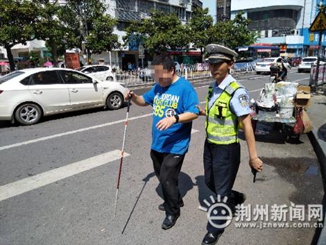 """荆州交警扶老人过马路 提升群众""""一感两度"""""""
