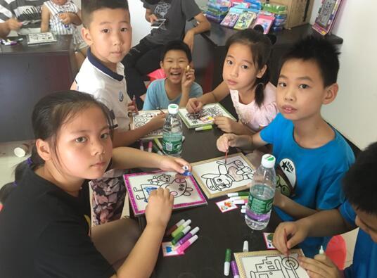 """关爱留守儿童 社区开展""""阅读童年 放飞梦想""""活动"""