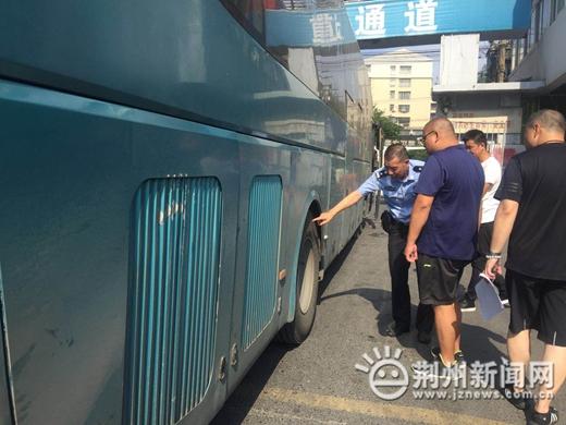 荆州交警二大队夏季加强客运车辆督查 确保客运安全