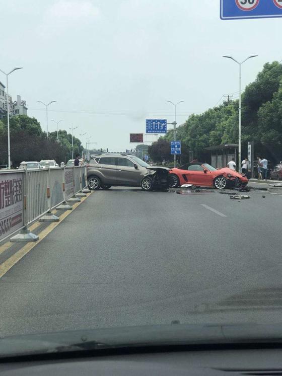 现场:江津西路,跑车与SUV相撞 多车受损!