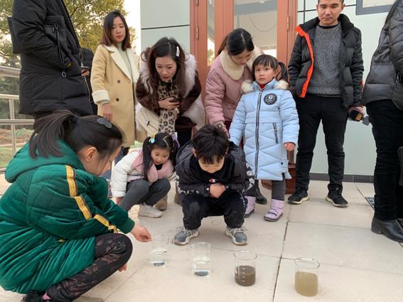 市环保局组织环保公众设施亲子游体验活动