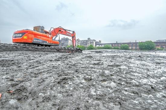荆州古城西湖正在进行清淤作业 计划工期为一年