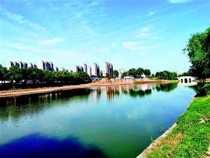 图为:推窗见绿,出门进园,荆州城市建设让居民增强了幸福感.
