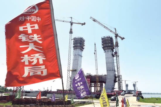 一桥正飞架天堑将变通途 湖北乌林长江公路大桥建设正酣
