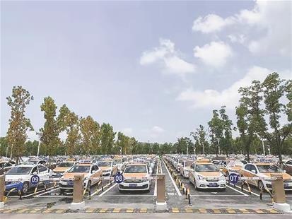 天河机场的士候客告别长蛇阵 出租车蓄车场投入试运行