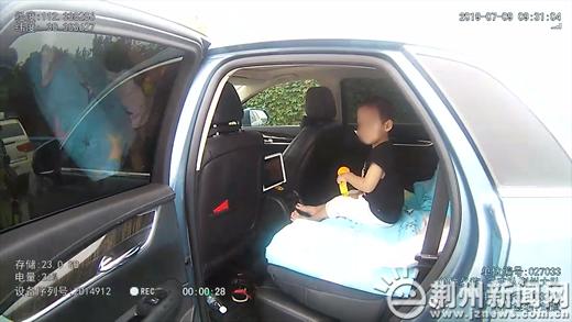 """女司机独自带娃上高速 后排座椅变身""""儿童床"""""""
