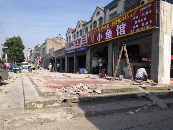 """荆州区凤凰路御河路段开展""""拆违治乱"""" 还路于民"""