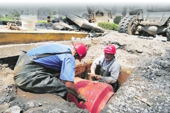 高温下的劳动者:抢修爆裂水管 全力保障供水安全