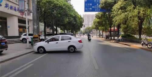 """粗心司机停车忘拉手刹 小车一路""""溜""""到路中央"""