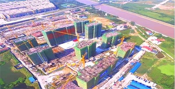 荆州区三红还建小区部分楼宇喜封金顶 确保如期交付