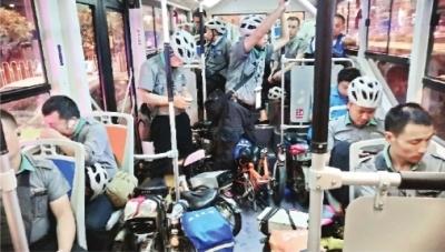 """武汉夜经济催生""""夜运""""潮 代驾司机坐满通宵公交车"""