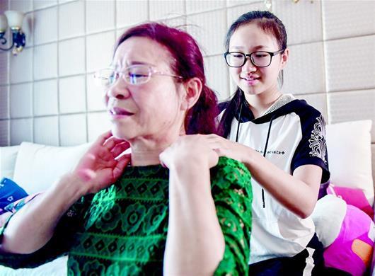 13岁女生常年照顾外婆和中风舅舅 成校园励志榜样