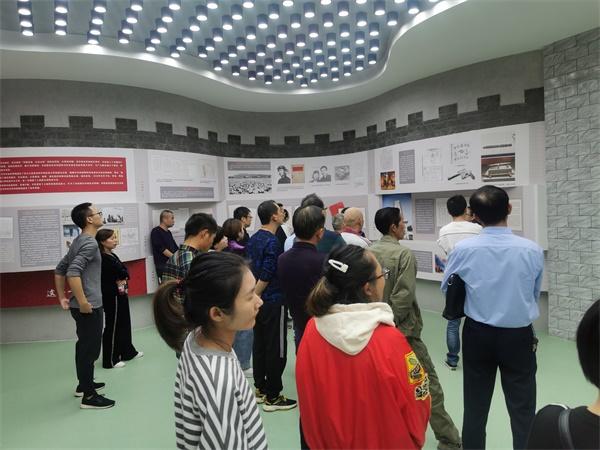 """荆州区梅村社区参观""""湘鄂西革命档案史料展"""""""