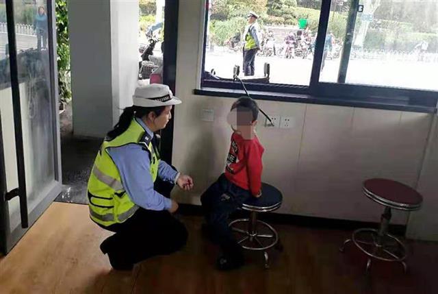 """热心市民街头""""捡""""到小男孩 交警巡警帮他找到家人"""