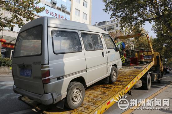 昨天下午,荆州交警两小时查处50多辆违停车……