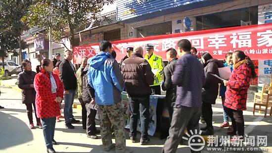 全国交通安全日:荆州民警进村入校宣传文明出行