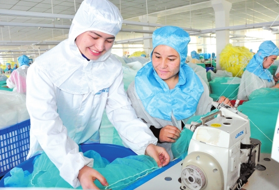 松滋工厂来了132名新疆姑娘 裁云缝锦铺就新生活