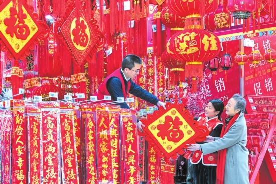 春节将至荆州各大商场超市年货充足 吸引市民选购