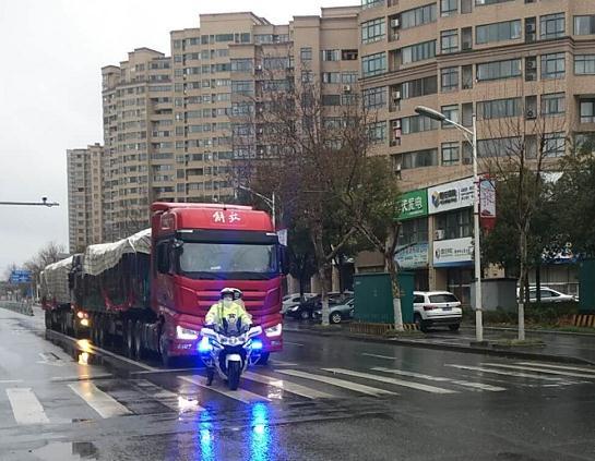 外籍货车风雪天遇阻 荆州交警铁骑为支援物资护航