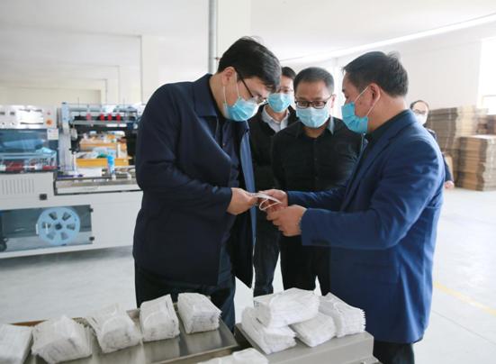 荆州市第29个税收宣传月活动在口罩生产线旁启动
