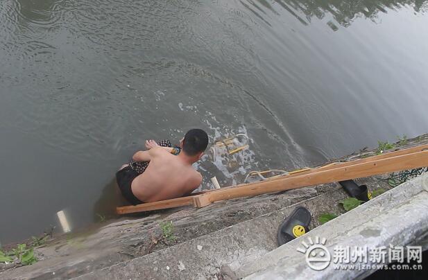 暖心!监利一老人不慎落水 多亏有了他们……