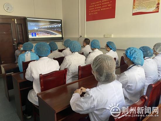 荆州社会各界集中收看十三届全国人大三次会议开幕会